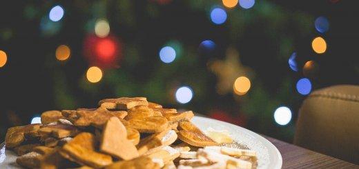 Keksteller vor dem Weihnachtsbaum