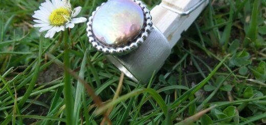 Breiter Ring aus 925 Silber mit flacher Muschelkernperle verziert mit Perl-Galeriedraht
